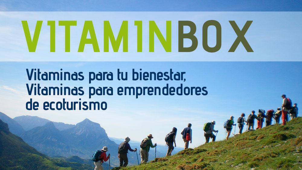 vitaminvox . vitaminas para tu bienestar y ayuda al ecoturismo. Personas caminando por la ladera verde de una montaña