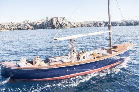 Navega en una embarcación tradicional menorquina